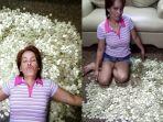 wanita-berbaring-diatas-tumpukan-uang-koin_20170605_082748.jpg