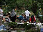 warga-melakukan-ziarah-kubur-di-pemakaman-muslim-senapelan-pekanbaru-4_20180506_121316.jpg