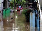 warga-melintasi-genangan-banjir-di-jakarta.jpg