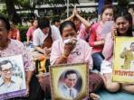 warga-menangis-atas-kematian-raja-thailand_20161017_161128.jpg