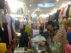 warga-mencari-pakaian-muslim-pasar-sukaramai_20160603_140524.jpg