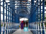warga-menggunakan-jembatan-penyeberangan-1_20150426_191034.jpg