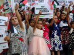 warga-palestina-mengibarkan-bendera-indonesia-raya-dan-palestina_20170816_194002.jpg