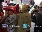wartawan-demo-kantor-gubernur_20151208_222800.jpg