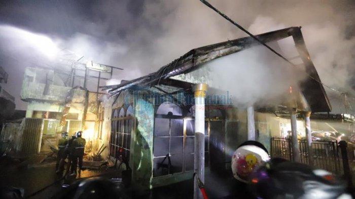Kebakaran satu buah rumah di Gang H Hasan, Jalan Adisucipto, Pontianak, Kalimantan Barat, Minggu 25 Oktober 2020 malam. Api dapat segera dipadamkan petugas yang sigap datang ke lokasi kebakaran