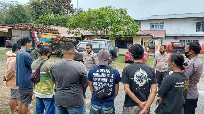 Personel Polsek Kembayan Amankan Mobil Pengangkut Sawit Tanpa Jaring Pengaman