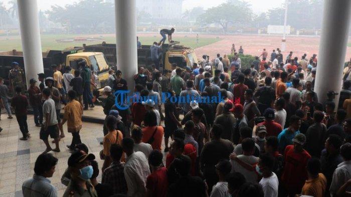 FOTO: 400an Supir Truk dari Berbagai Daerah Unjuk Rasa ke Kantor Gubernur Kalbar - 400an-sopir-truk-dari-berbagai-daerah-menggelar-aksi-unjuk-rasa-di-kantor-gubernur-kalbar-2.jpg