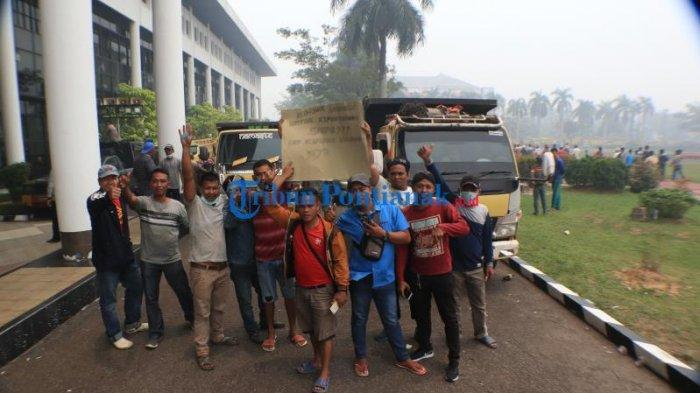 FOTO: 400an Supir Truk dari Berbagai Daerah Unjuk Rasa ke Kantor Gubernur Kalbar - 400an-sopir-truk-dari-berbagai-daerah-menggelar-aksi-unjuk-rasa-di-kantor-gubernur-kalbar-3.jpg