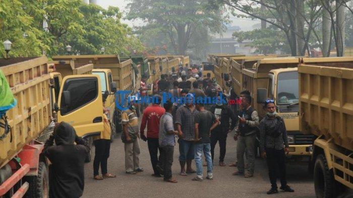 FOTO: 400an Supir Truk dari Berbagai Daerah Unjuk Rasa ke Kantor Gubernur Kalbar - 400an-sopir-truk-dari-berbagai-daerah-menggelar-aksi-unjuk-rasa-di-kantor-gubernur-kalbar-5.jpg