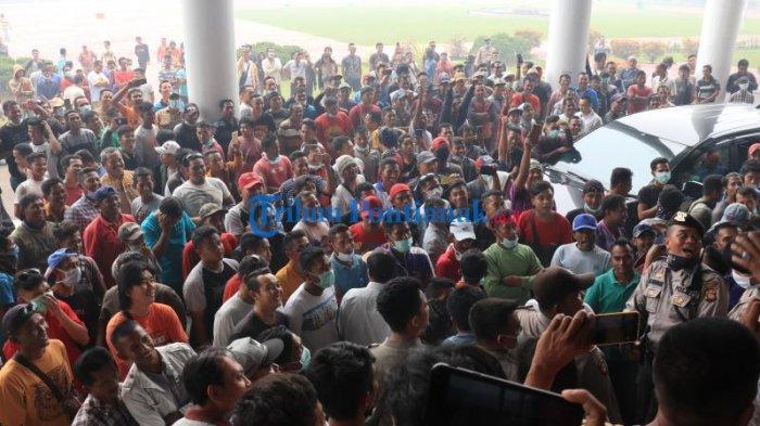 FOTO: 400an Supir Truk dari Berbagai Daerah Unjuk Rasa ke Kantor Gubernur Kalbar - 400an-sopir-truk-dari-berbagai-daerah-menggelar-aksi-unjuk-rasa-di-kantor-gubernur-kalbar.jpg