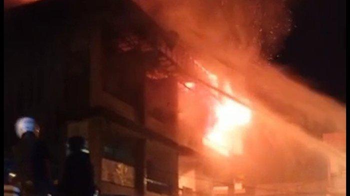 Datangi TKP Kebakaran 5 Ruko di Pasar Parit Baru, Ini Imbauan Kapolres Kubu Raya kepada Masyarakat