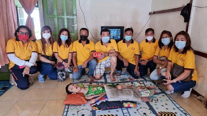 BANTUAN - Penyerahan bantuan kepada Yoga Bantuan langsung diberikan ke ibunya (Rasni), atas rekomendasi dari Yap Cie Hun.