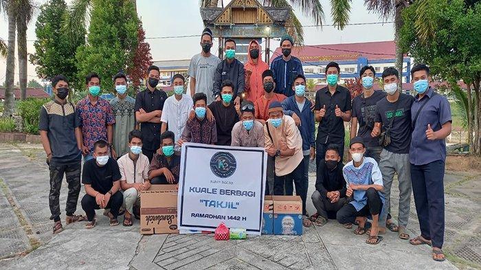 Penghujung Ramadan, Komunitas Kuale Kocak Bagikan Takjil dan Masker