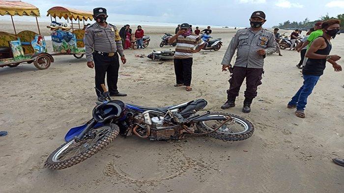 Polisi dan Warga Saat Berada di Lokasi Kejadian Kecelakaan Maut di Pantai Pasir Putih Kendawangan