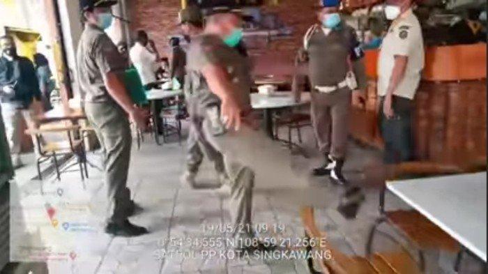 Viral! Video Petugas Satpol PP Singkawang Marahi Karyawan Cafe, Tendang Kursi Hingga Minta Viralkan