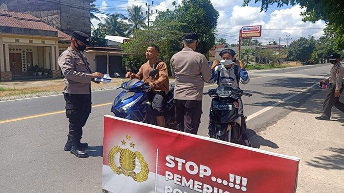 Cegah Penyebaran Covid-19 Secara Humanis, Polsek Siantan Hadiahkan Masker Pada Warga