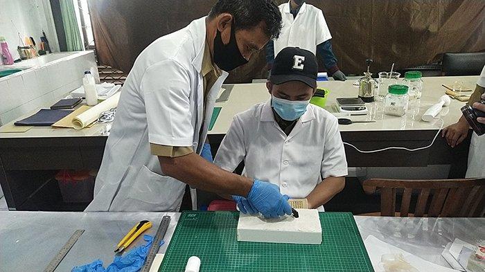 Proses konservasi Restorasi koleksi Filologika (naskah kuno) di museum Provinsi Kalimantan Barat, Tribun Pontianak Ferryanto.