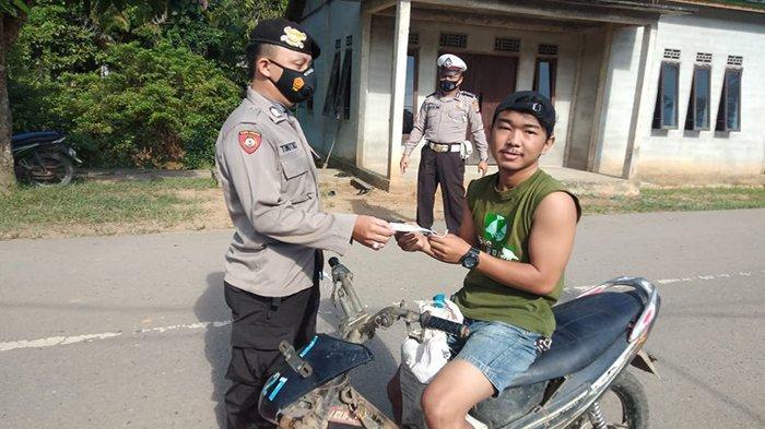 Laksanakan Operasi Yustisi, Polsek Menyuke Bagikan Masker