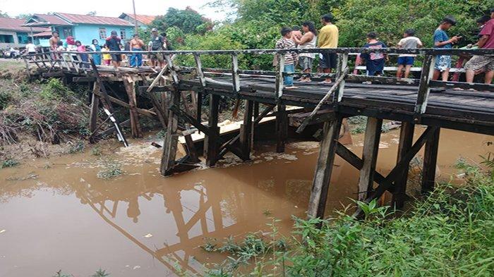 Jembatan di Nanga Ketungau Patah, Truk Tercebur ke Sungai