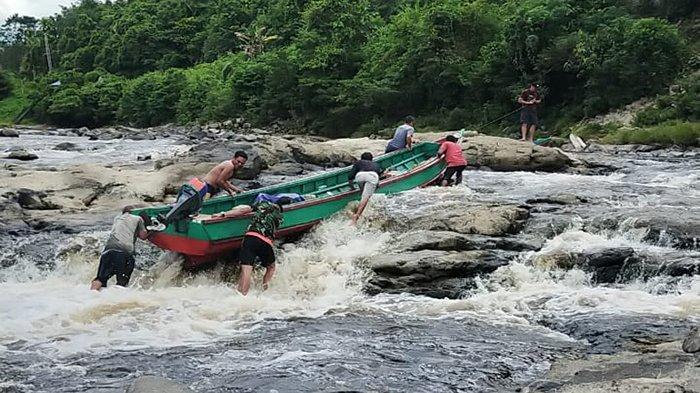 Tempuh Dua Hari Perjalanan, Seret dan Gotong Perahu Demi Salurkan BLT-DD di Pedalaman Sintang