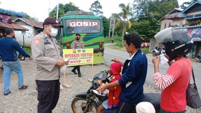 Camat Banyuke Hulu dan Personil TNI, Polri Bagikan Masker Kepada Pengendara