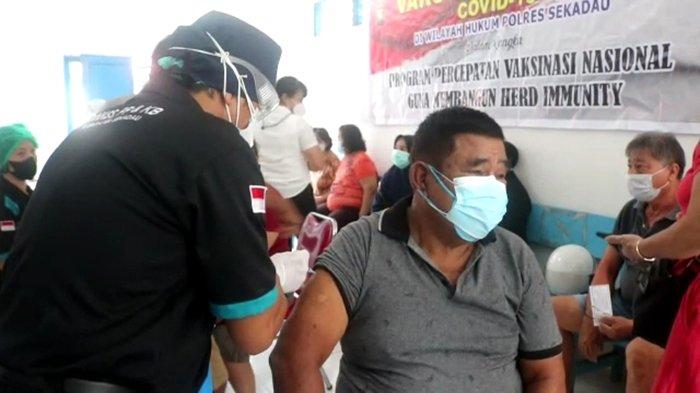 Terima Vaksin Lansia, Aritonang Ajak Lansia Dukung Program Pemerintah