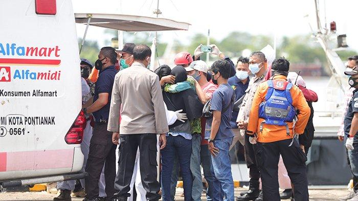 Evakuasi jenazah korban kapal tenggelam di Muara Jungkat yang dibawa ke dermaga KPLP Jalan Kom Yos Sudarso, Pontianak, Kalimantan Barat, Kamis 15 Juli 2021. Menurut Basarnas Pontianak setidaknya petugas masih mencari 51 awak kapal masih dalam pencarian, sedangkan dua awak kapal ditemukan dalam keadaan meninggal dunia akibat cuaca buruk yang menghantam 12 kapal ikan dan dua kapal tugboat di tiga lokasi berbeda, yaitu di Muara Jungkat, Muara Kubu, dan Muara Pemangkat. TRIBUN PONTIANAK/DESTRIADI YUNAS JUMASANI