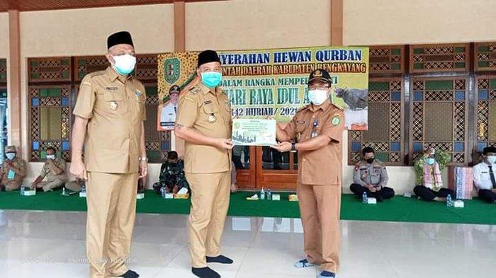 Pemda Bengkayang Serahkan Bantuan Hewan Kurban di Masjid Agung Syuhada Bengkayang
