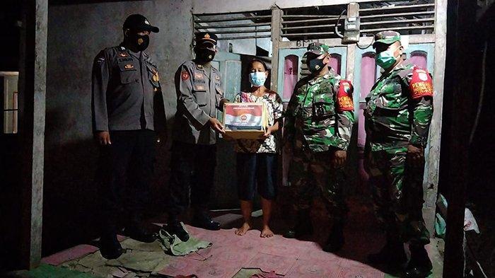 Danramil Mandor Dampingi Polsek Beri Bantuan Sembako Kepada Warga yang Laksanakan Isolasi Mandiri