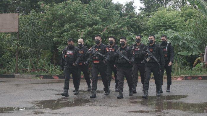 Delapan Personel Tim Spartan Sat Samapta Polres Kubu Raya yang berhasil mengungkap Kasus Tindak Pidana Pencurian Bermotor di wilayah Hukum Polres Kubu Raya mendapat penghargaan dari Kapolres di halaman Mapolres Kubu Raya, Senin 30 Agustus 2021.