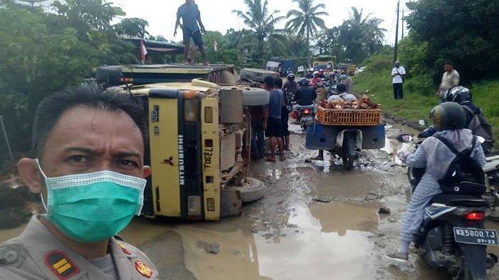 Jalan Rusak di Singkawang Timur Sebabkan Truk Sawit Terguling