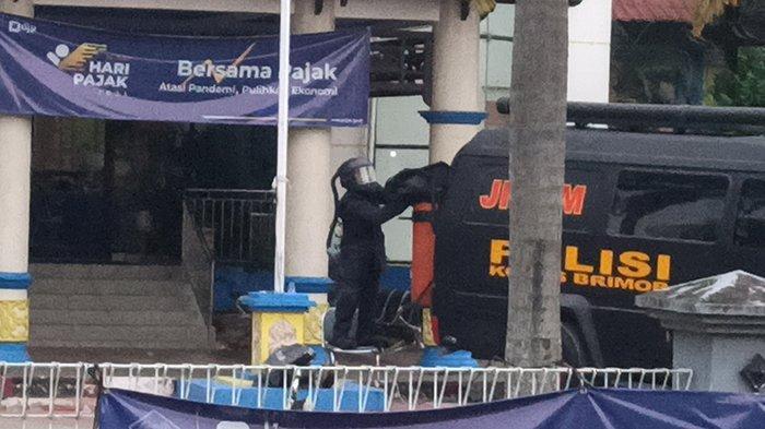 BREAKING NEWS - Unit Penjinak Bom Amankan Ransel Berisi Benda Mencurigakan di KPP Singkawang