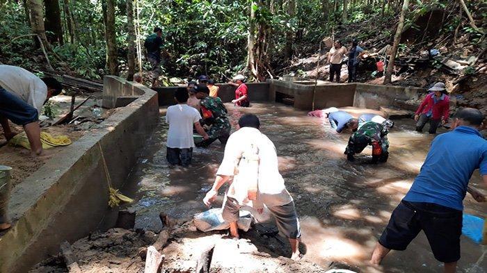 Cegah Hambatan Distribusi Air Bersih, Warga Bersama Babinsa Bengkayang Bersihkan Penampungan