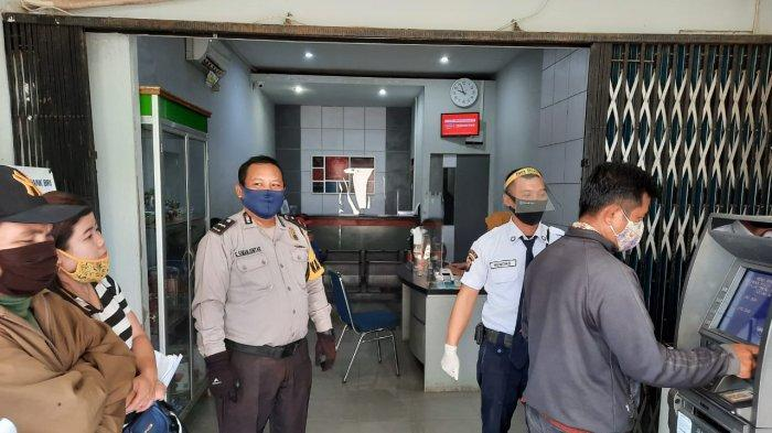 Anggota Polsek Samalantan Sosialisasi Protokol Kesehatan di Kantor Bank