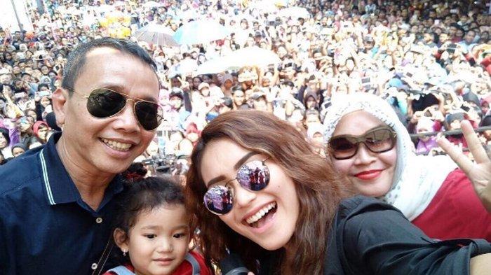 Bak Jadi Bumerang, Kini Orang Tua Ayu Ting Ting Abdul Rozak dan Umi Kalsum Dilaporkan ke Polisi