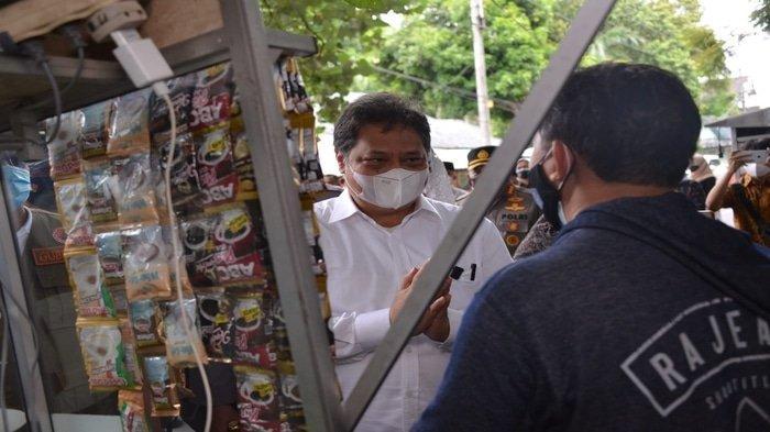 Menko Airlangga Salurkan Bantuan BT-PKLW kepada Pedagang Kaki Lima dan Pemilik Warung