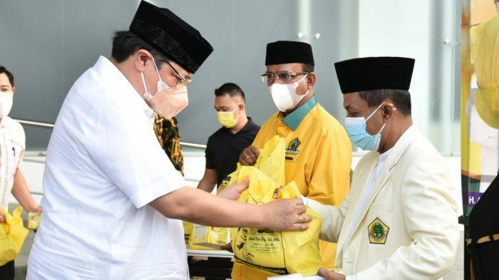 Golkar Bagikan Paket Sembako dan Daging Kurban kepada Warga