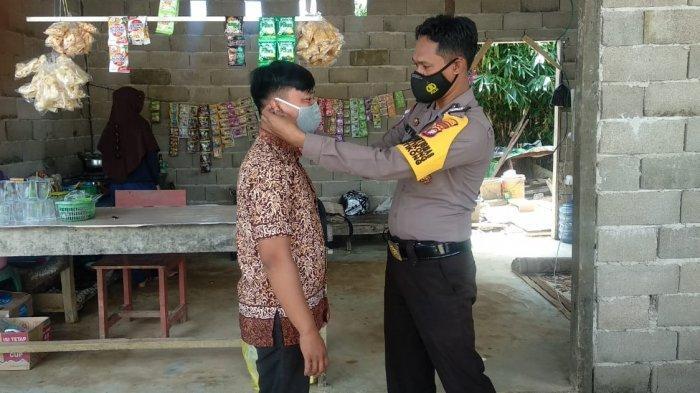 Bagikan Masker, Aipda Meydianto Ajak Warga Patuhi Protokol Kesehatan