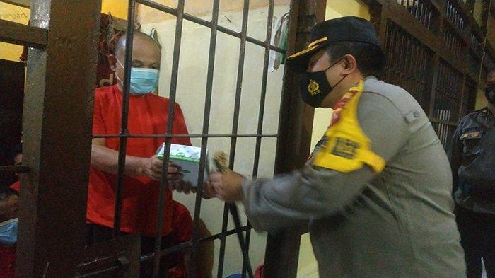 Momentu Ramadan, Kapolres Ketapang Bagikan Takjil ke Para Tahanan