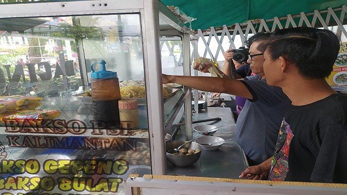 Akiong Tjhang ayah dari Owner Bakso PSP Kalimantan, Willy saat membuat varian bakso di tokonya yang berada di Jalan Sultan Abdurahman Kota Pontianak belum lama ini.