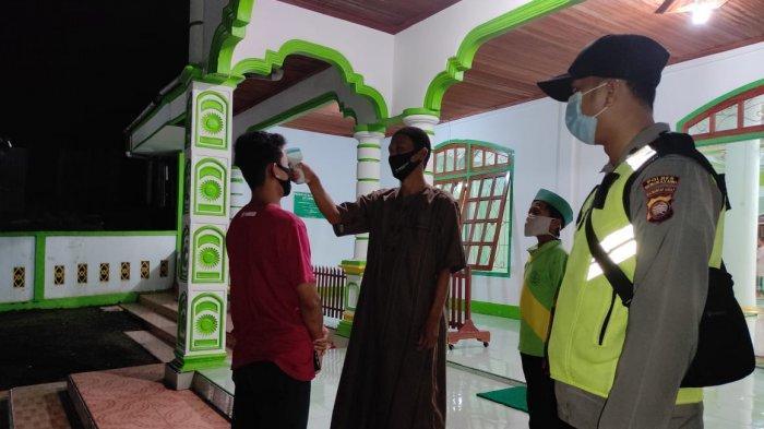 Personel Polsek Samalantan Beri Pengamanan Warga Beribadah di Bulan Ramadhan di Masjid Al Fatwa