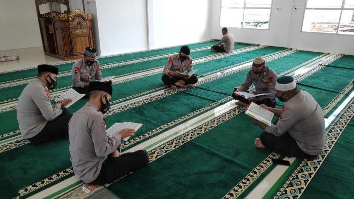 Isi Kekosongan dengan Kegiatan Bermanfaat, Personel Satbrimob Polda Kalbar Membaca Al-Quran