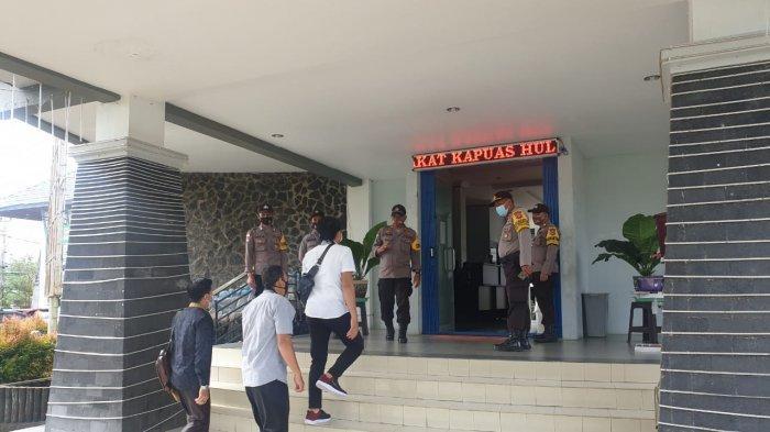 Polres Kapuas Hulu Berikan Pengamanan Rapat Pleno Terbuka Rekapitulasi Penghitungan Suara Pilkada