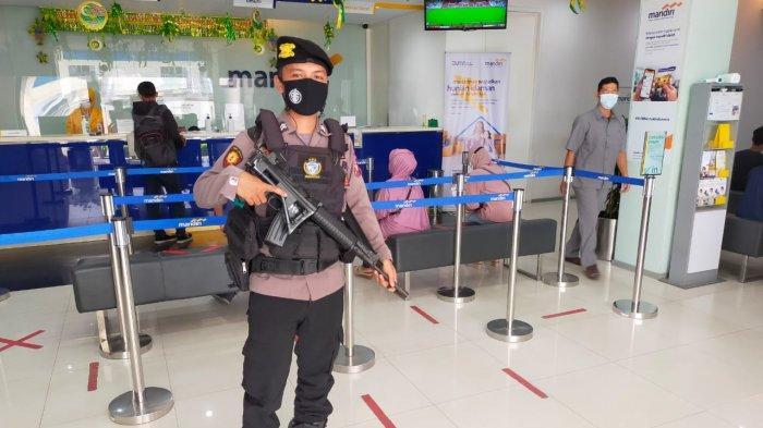 Cegah Ganggguan Kamtibmas, Personel Polres Sambas Lakukan Pengamanan di Bank