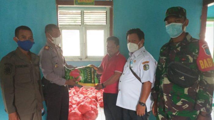 Polsek Ambalau bersama Forkompincam Salurkan Bantuan dari PT SSA Kepada Warga Terdampak Banjir