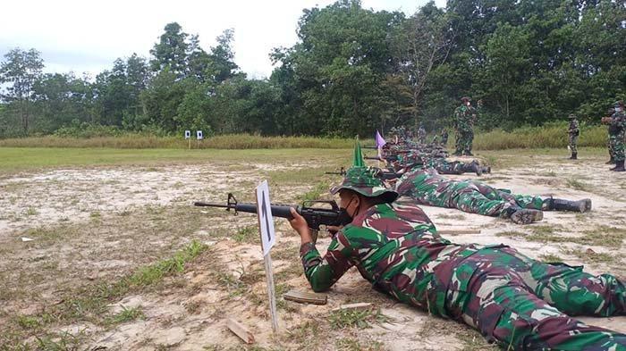 Prajurit Kodim Singkawang Gunakan Senjata M16 dan Pistol saat Latihan Menembak