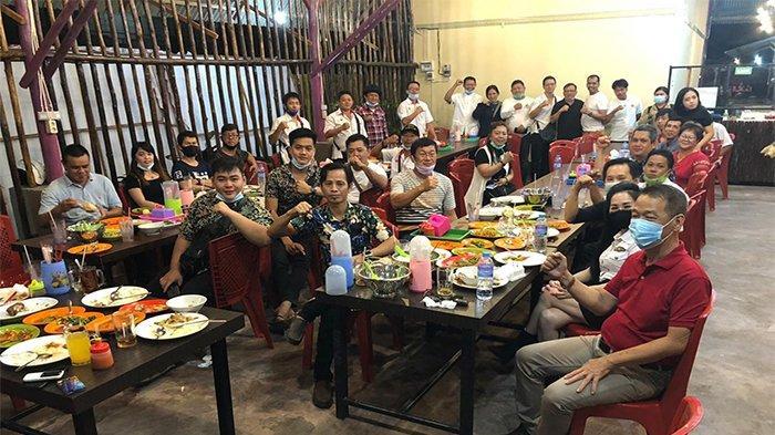 Foto bersama anggota MABT Provinsi Kalbar saat makan malam bersama di salah satu rumah makan di Kota Pontianak.