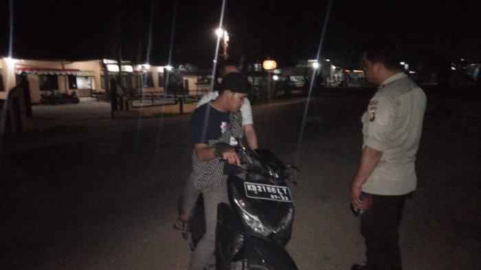 Polisi Hentikan Pengendara Motor Bonceng Tiga dan Tidak Pakai Lampu Malam