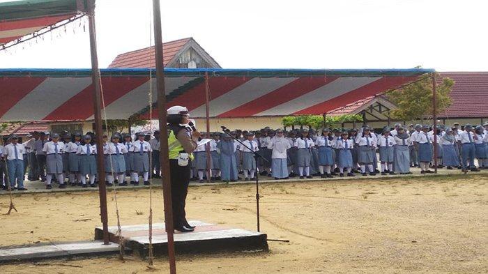 Operasi Keselamatan Kapuas 2019, Polwan Polres Landak Jadi Instruktur Upacara di Sekolah