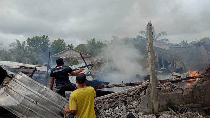 Personel Satgas Yonif 642/Kps Bantu Padamkan Kebakaran Rumah Warga di Temajuk Sambas